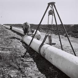 """""""MEKOROT"""" WORKERS CONNECTING WATER PIPES NEAR KIBBUTZ NIR AM. òåáãé çáøú """"î÷åøåú"""" îçáøéí öéðåøåú îéí ìéã ÷éáåõ ðéø òí."""