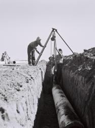 """""""MEKOROT"""" WORKERS LAYING A WATER PIPIELINE NEAR KIBBUTZ NIR AM. òåáãé çáøú """"î÷åøåú"""" îðéçéí öéðåøåú îéí ìéã ÷éáåõ ðéø òí."""